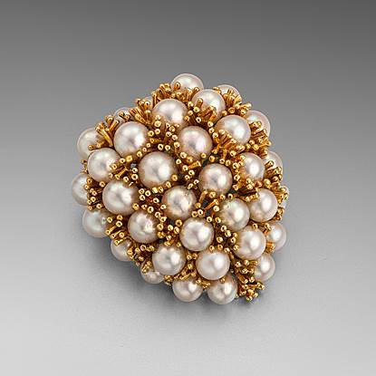 A Heart-Shaped Brooch in Gold and Pearl