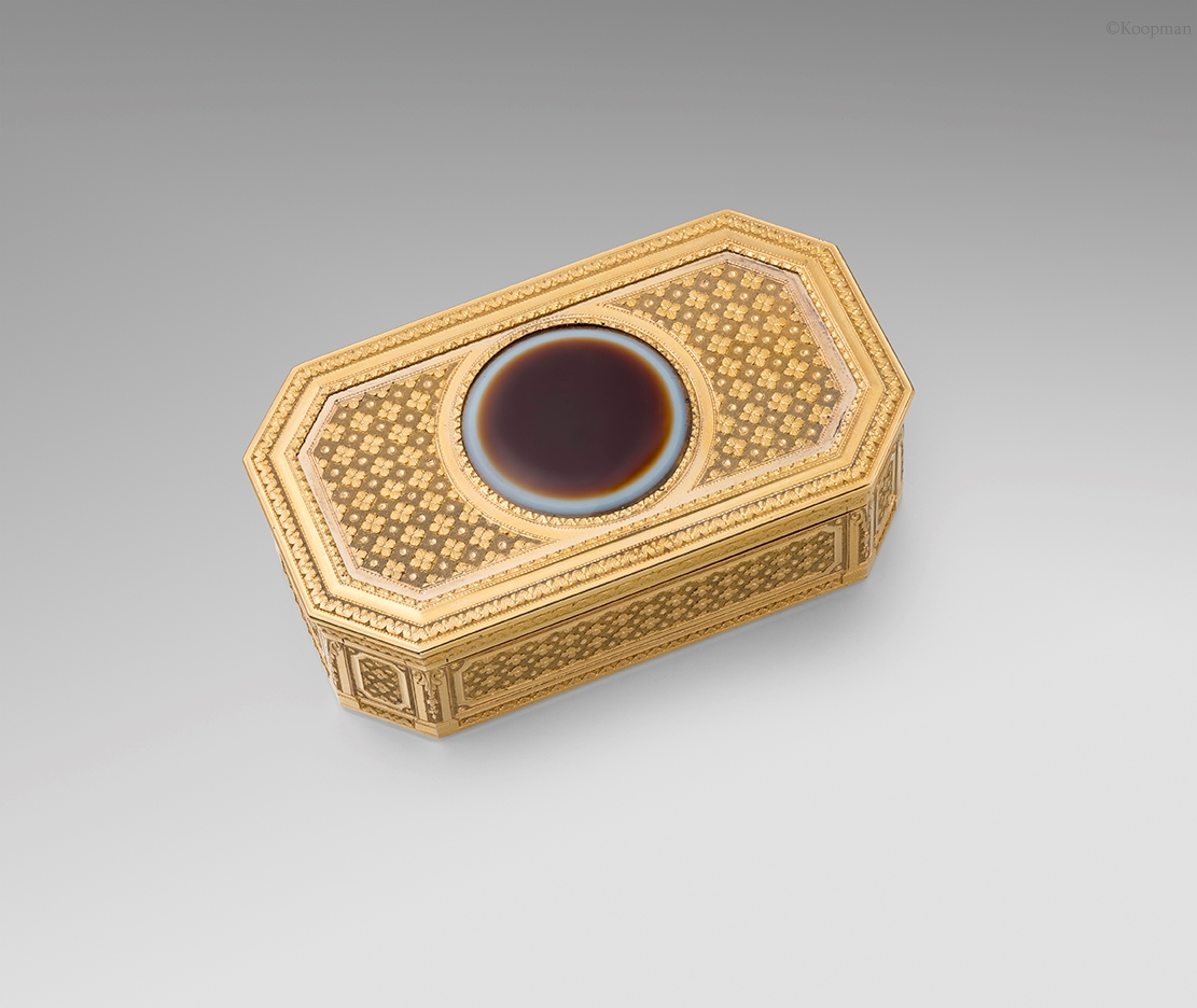 A Vari-Coloured Gold & Agate Snuff Box