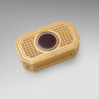 A Vari-Coloured Gold & Agate Snuff Box